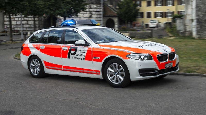 Une voiture occupée par deux policiers a dû freiner brutalement et monter sur le trottoir pour éviter la collision.