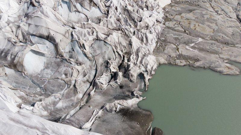 Une partie du glacier du Rhône protégée par des couvertures spécialement conçues pour l'empêcher de fondre.