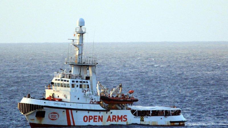 Le bateau Open Arms ne peut pas débarquer en Italie et refuse de faire une longue route vers l'Espagne.