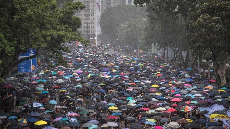 En début d'après-midi, la foule s'était massée sous une pluie battante dans le Parc Victoria, au coeur de l'île de Hong Kong.