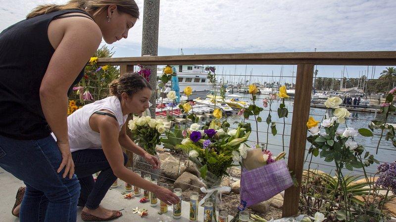 A Santa Barbara, des bougies et des fleurs sont déposées sur le quai, en hommage aux victimes.