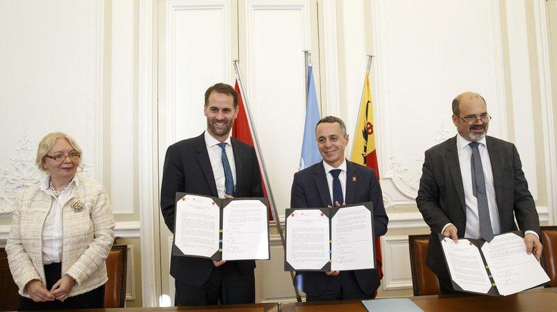 Le conseiller fédéral Ignazio Cassis (au centre) a signé une déclaration conjointe en compagnie du président du gouvernement genevois Antonio Hodgers (gauche), le conseiller administratif de la Ville de Genève Sami Kanaan (droite) et la directrice générale de l'ONU à Genève Tatiana Valovaya.