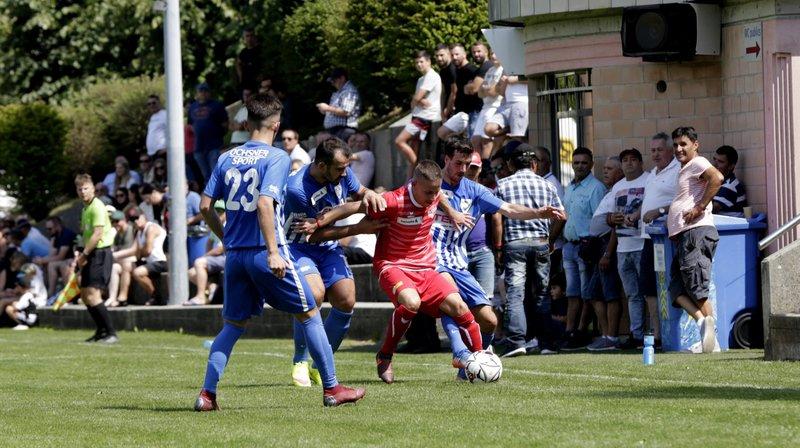 Le joueur bérochal Yoann Burgat (en rouge) est bien entouré. Mais les Neuchâtelois ont eu le dernier mot. © Muriel Antille