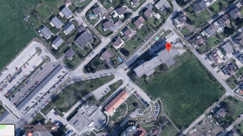 L'école Pierre-Coullery est situé à proximité de l'hôpital de La Chaux-de-Fonds.