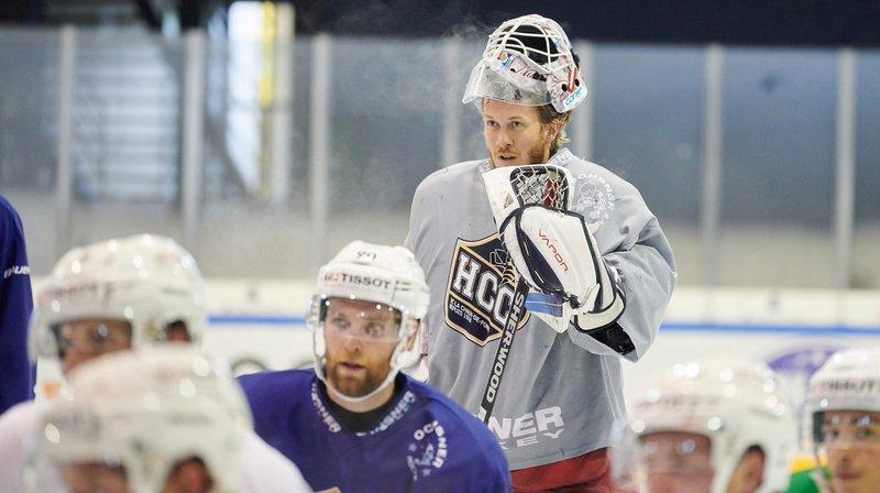 Dennis Saikkonen (debout en gris) s'est entraîné ce lundi matin avec le HC La Chaux-de-Fonds.