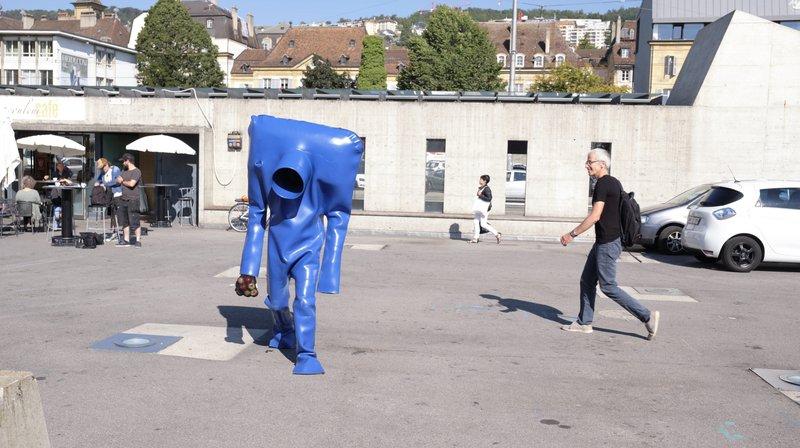 Si vous vous baladez sur la place du Port d'ici le 20 septembre, vous croiserez peut-être l'Homme bleu, qui sait...