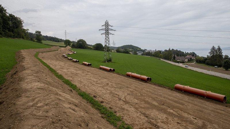 La pose de la nouvelle conduite d'eau aux abords de la H10, à Corcelles.