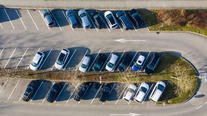 Dans le canton de Neuchâtel, le groupe popvertsol veut taxer les propriétaires de parking pour financer les transports publics.