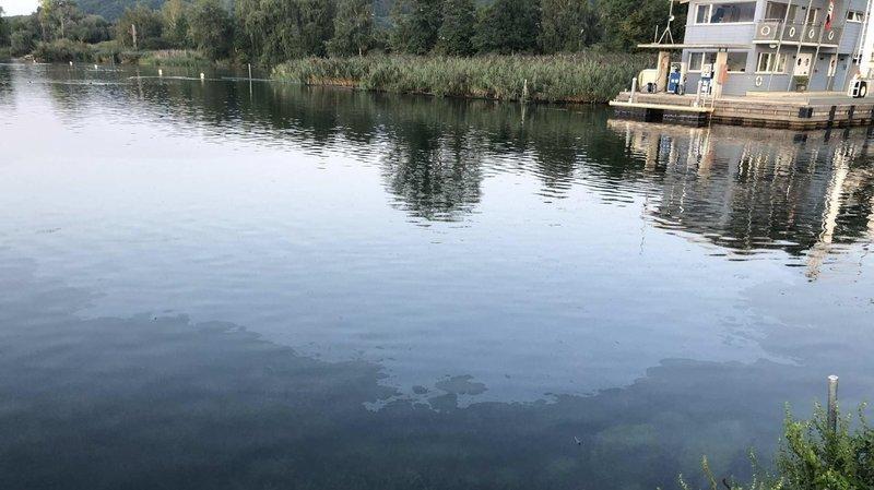 Le diesel s'est répandu dans l'eau lorsqu'un pilote de bateau a fait le plein de son embarcation.