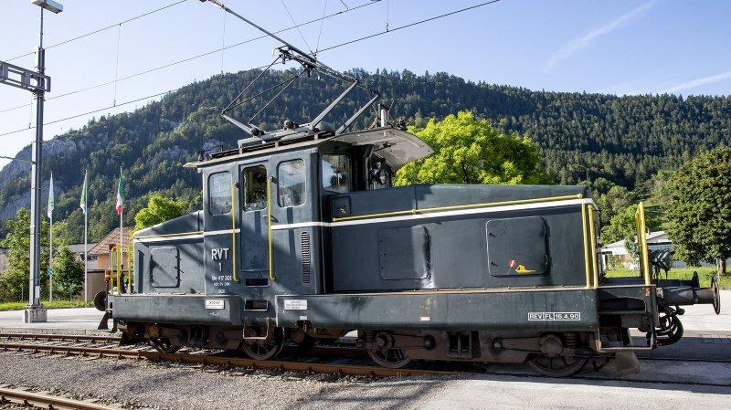 """La """"BoBo"""" (Be 4/4 numéro 1) du Régional Val-de-Travers devant la dépôt de la Piasseta, à Fleurier."""