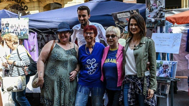Laurianne Gilliéron (à droite) était l'une des personnalités présentes au stand de Tomi Tomek (troisième depuis la droite) dans le cadre de la journée internationale des animaux sans foyer.