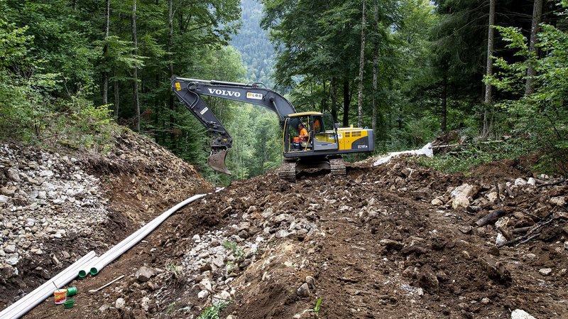 La pose des nouvelles canalisations d'eau potable pour La Chaux-de-Fonds.