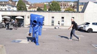 Neuchâtel: l'Homme bleu pose ses valises à la place du Port