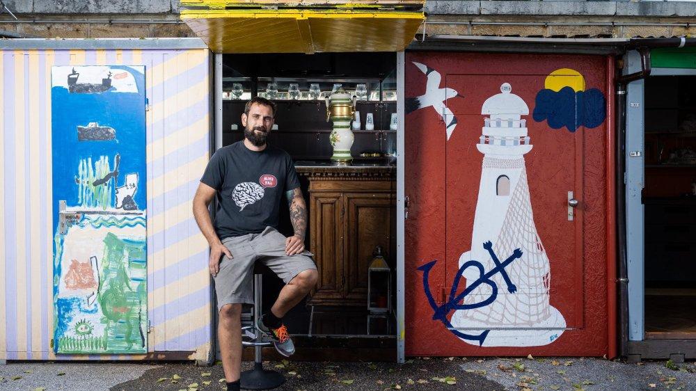 Jonathan Perret devant son petit bar du port de Neuchâtel.