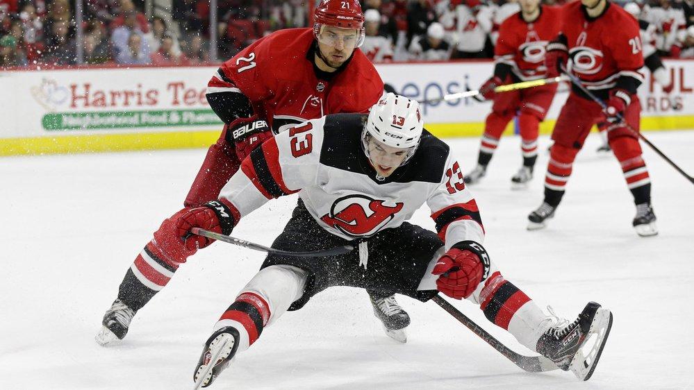Les Suisses de NHL, ici Nico Hischier (New Jersey Devils, 13) et Nino Niederreiter (Carolina Hurricanes, 21) sont habitués aux patinoires plus étroites.