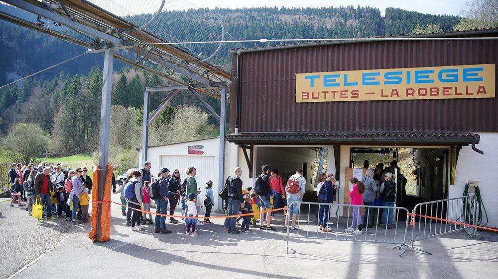 Le télésiège de la Robella accueille de plus en plus de monde durant la belle saison, comme ici, à l'occasion de la traditionnelle course aux œufs.