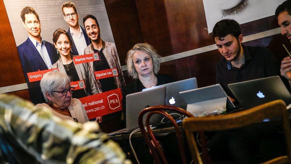La présidente du Parti socialiste neuchâtelois Florence Nater (au centre) constate les dégâts électoraux lors de la publication des résultats dimanche dernier.