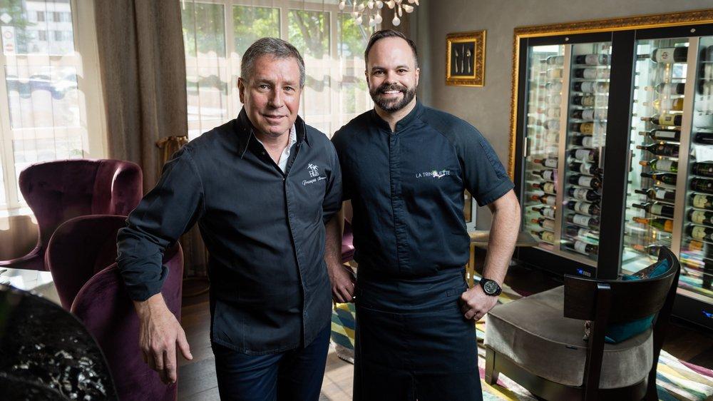 François Berner (La Croisette, à gauche) et Lianel Mercier (La Trinquette), les deux chefs qui entrent dans l'édition 2020 du guide Gault&Millau, ici dans le nouveau lounge gastronomique de La Croisette, au Locle.