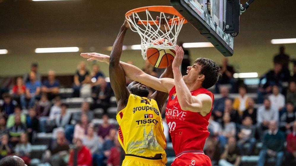Le match entre Union et Genève a été physique, comme en témoigne ce duel entre James Padgett (en jaune) et Arnaud Cotture.  Neuchatel, le 6 octobre 2019  Photo : Lucas Vuitel