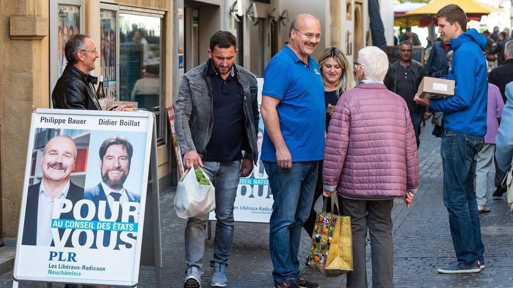 La campagne personnelle des candidats neuchâtelois aux élections fédérales se limite essentiellement à la participation aux stands du parti. Par exemple, Philippe Bauer sur le stand du PLR samedi matin à Neuchâtel.