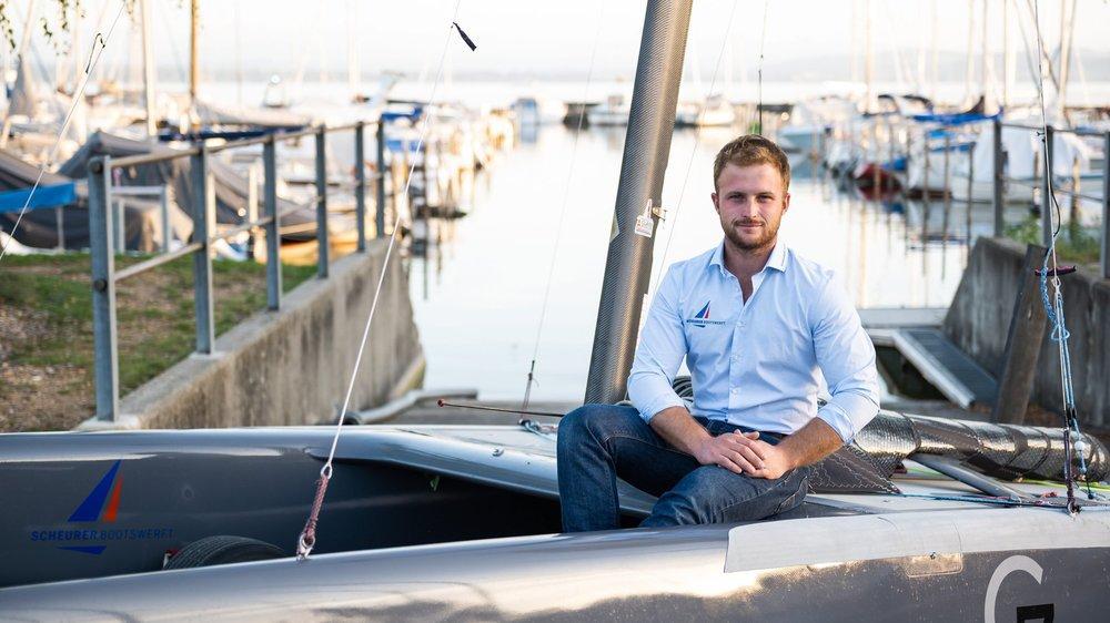 Robin Maeder et son catamaran de classe A au port de Bevaix.