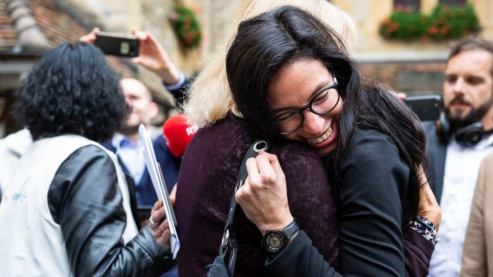 La candidate des Verts Céline Vara, fraîchement élue au Conseil des Etats, tombe dans les bras de Nicole Baur, militante du parti.