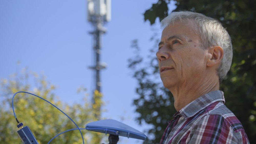 Olivier Bodenmann analyse régulièrement les fréquences dans et autour de sa maison, distante de 80 mètres d'une antenne Salt.