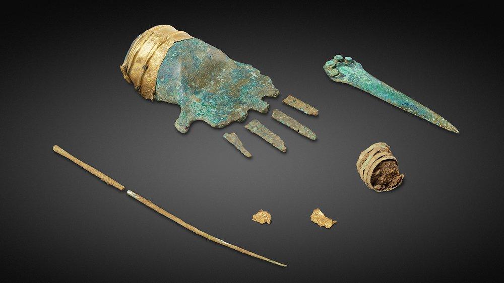 Cette main en bronze, ornée d'un bracelet en or, trouvée dans un champ de Prêles, appartient à la civilisation celtique.