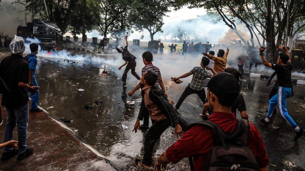 Des étudiants indonésiens affrontent des policiers lors d'une manifestation, à Medan, dans le nord de l'île de Sumatra.