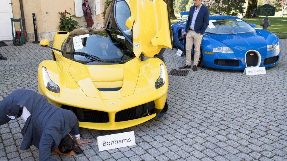 Un peu de gym, même en costard, pour voir ce que cache cette Ferrari...