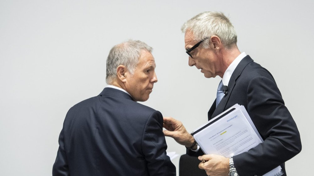 Urs Rohner, président du conseil d'administration de Credit Suisse (à droite), et John Tiner, président du comité d'audit, ont présenté, hier matin, les conclusions d'un rapport sur les actions d'espionnage.