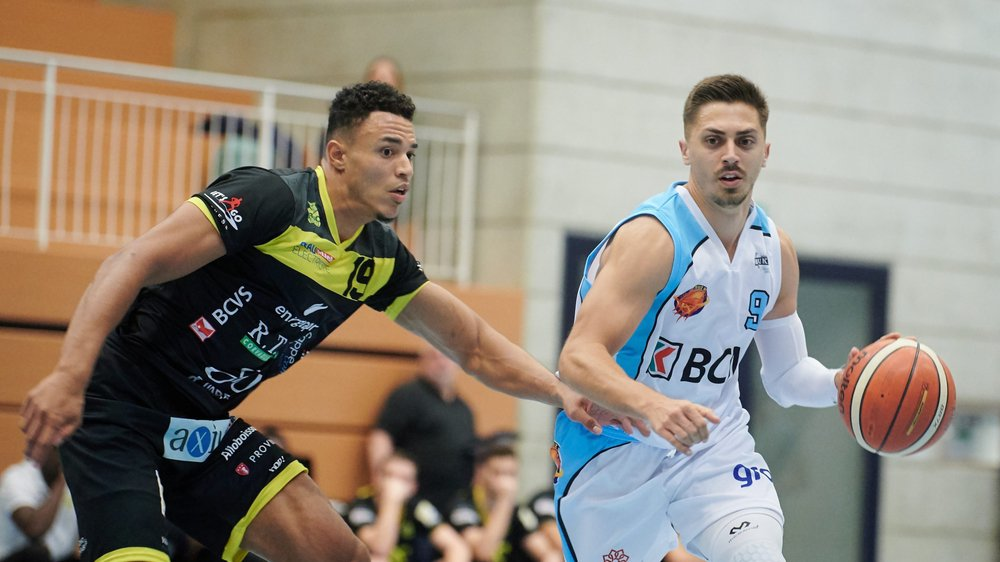 Le Vaudruzien Julian Jovanovic (en blanc, face au Montheysan Milos Jankovic) et ses coéquipiers ont proposé des belles phases de jeu face au leader de SB League.