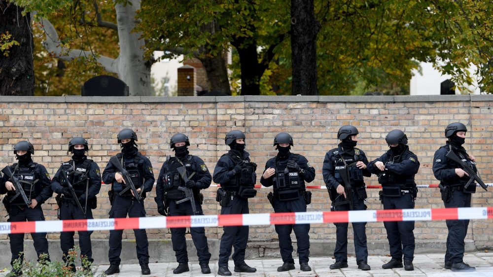 La police s'est déployée près du cimetière et de la synagogue, où l'attaque a été perpétrée.