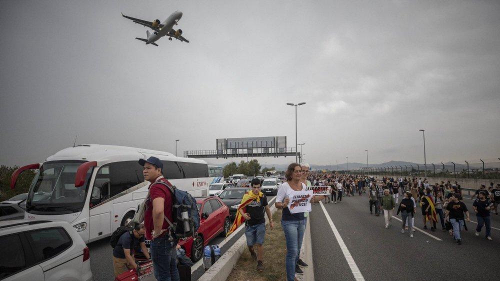 Une vingtaine de vols ont été annulés, à l'aéroport de Barcelone, à cause des manifestations protestant contre la condamnation des chefs catalans.