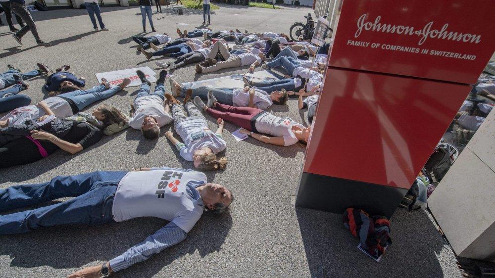 Des médecins ont protesté hier, à Zoug, devant les bureaux de l'entreprise Johnson & Johnson.