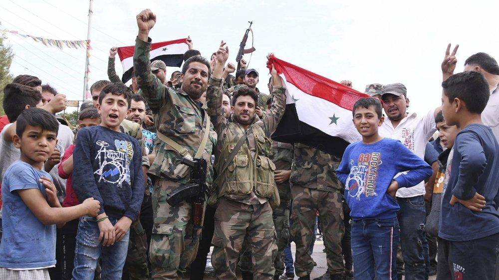 Des soldats syriens fêtent leur retour à Kobané.