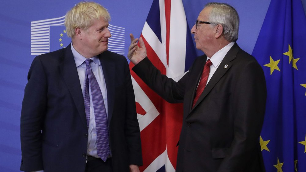 Le premier ministre britannique Boris Johnson (à g.) et le président de la Commission européenne Jean-Claude Juncker, à la manœuvre hier.