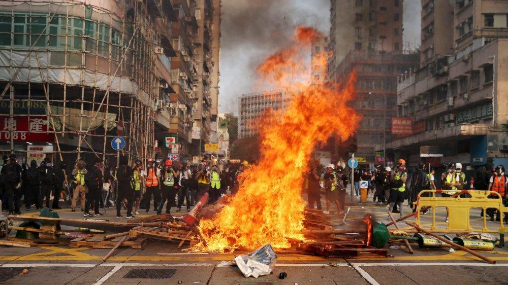 Les protestataires ont mis le feu à des barricades de fortune.