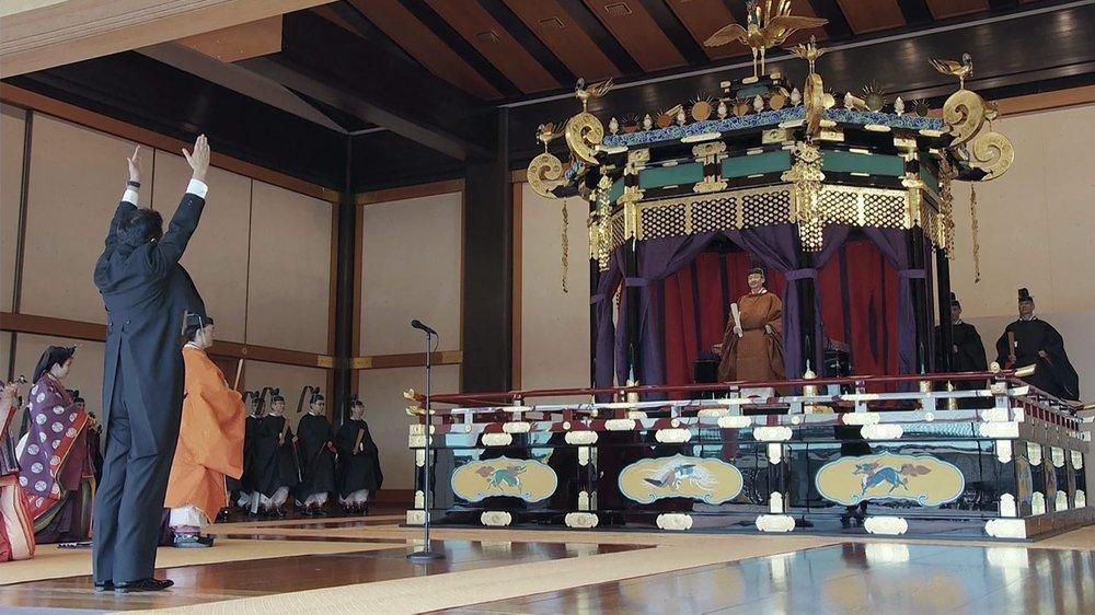 Le premier ministre japonais, Shinzo Abe, a crié trois fois «banzai» (pour souhaiter longue vie à l'empereur Naruhito) en levant les bras.