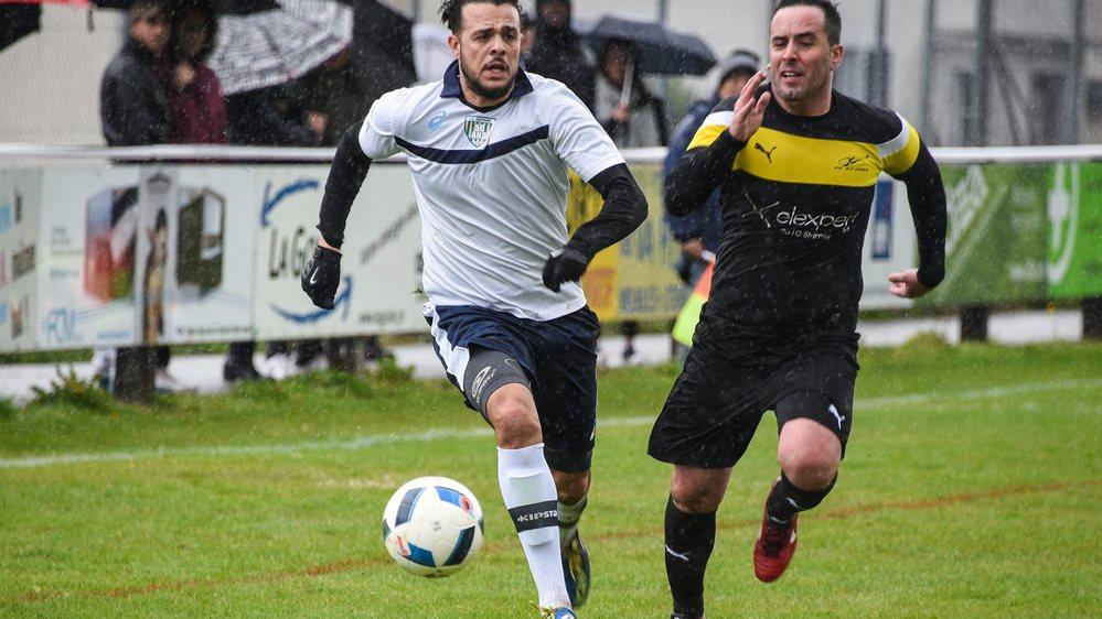 Bel engagement du côté du FC Coffrane (en blanc), comme du FC Saint-Imier, dans un match de 2017.