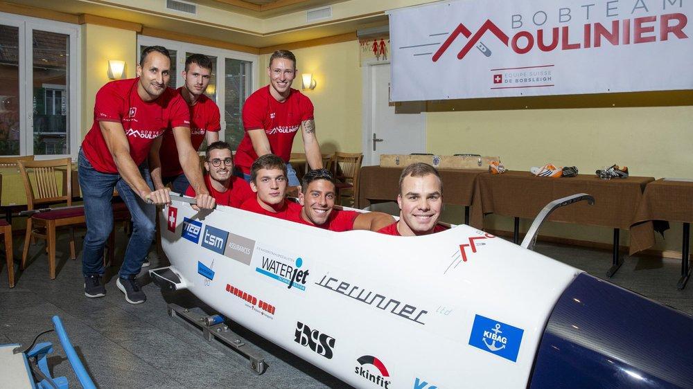 Marco Leimgruber, Omar Vögele, Quentin Juillard (debout), Julien Matthys, Joachim Vogel et Robin Santoli (de gauche à droite) sont prêts à pousser Yann Moulinier de toutes leurs forces.