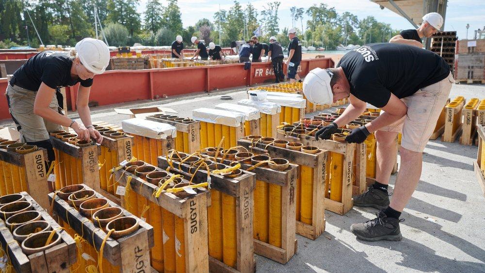 Les plus grosses bombes du spectacle pyromélodique de la Fête des vendanges sont installées sur des barges.