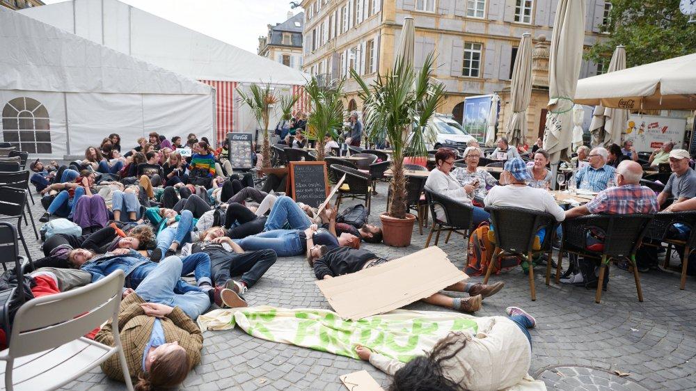 Arrivés à la place des Halles, et après avoir scandé leurs slogans, les manifestants pour le climat ont simulé la mort de la Terre.