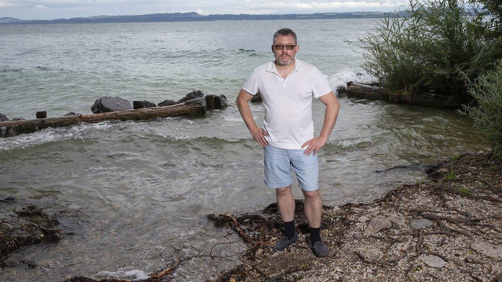 Thierry Margadant à l'embouchure de l'Areuse. On voit que le lac a envahi une partie qui était auparavant tenue hors de l'eau par un muret (en arrière plan).