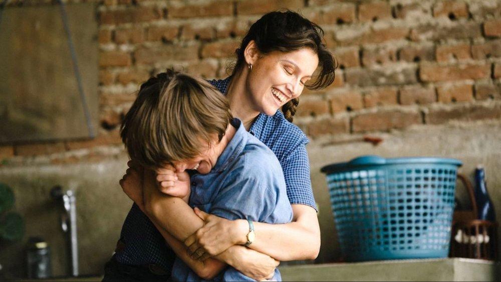 Nicole (Laetitia Casta) et son fils Gus (Luc Bruchez) voient leur vie bouleversée...