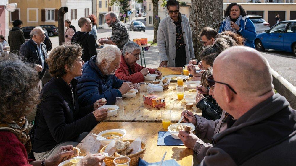 Soupe au caillou offerte à l'occasion de la Journée mondiale du refus de la misère, aujourd'hui à La Chaux-de-Fonds.
