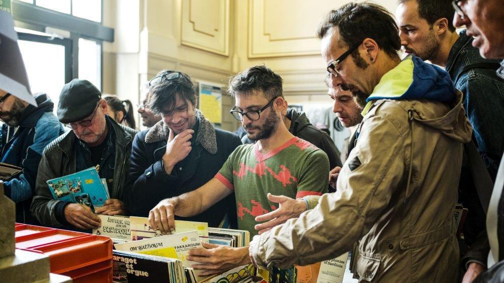 Le hall d'entrée de la bibliothèque a été pris d'assaut par les passionnés de musique et les collectionneurs de vinyles.