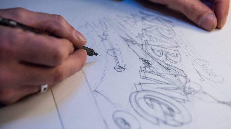 Ces mains-là savent donner des coups de griffe; ce sont celles du dessinateur Vincent L'Epée.