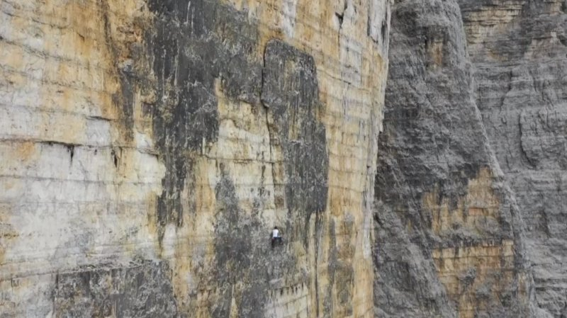Vous voyez la petite araignée collée à la paroi verticale? C'est Dani Arnold.