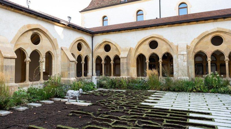 Les dalles ont été retirées du cloître de la collégiale, à Neuchâtel.